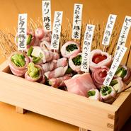 定番8種類のうち、甘酢漬けのスライスしたガリを豚バラ肉で巻いた『ガリ豚巻き』の人気がダントツ。表面はカリッ、噛むとジューシーな豚バラとガリの相性が抜群です。季節ものや変わり種も楽しめます。