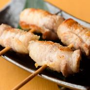薄切りのガリを重ね、豚バラ肉で巻いてカリッと焼き上げたこちらの串焼は、店主の上田さんが県外の店で食べて感動し、オンメニューしたそう。今では常連客のほとんどが必ず注文するという、一番人気メニューです。