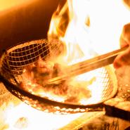 宮崎県の業者から直接仕入れているという「赤鶏」は、旨みが濃厚で歯ごたえも抜群。こちらの店では、赤鶏のモモ肉を炭火で焼いて提供しています。噛むほどにほとばしる旨みと肉汁に圧倒されること間違いなしです。