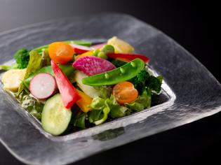 黒毛和牛に加え、糸島産の旬野菜や魚介も厳選
