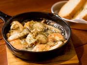 【restore compass】のアヒージョは海老などの新鮮な魚介類がベース。「旨みが出やすいもの」がチョイスされ、オリーブオイルでシンプルに調理されているので、素材のおいしさがダイレクトに味わえます。