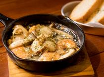 新鮮な魚介類と相性のよい具材がたっぷり。芳香な香りが食欲をそそる『海鮮アヒージョ』