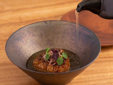 お茶漬け感覚で味わう斬新な〆の一品『めんたい入りの焼きリゾットを昆布出汁で…』