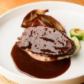 『赤ワインとマルサラでじっくり煮込んだ牛ホホ肉のブラッサート』