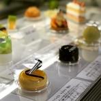 【RESTAURANT chihiro】と同じ建物の中、背中合わせになるカタチでパティスリーがあります。ショーケースの中には宝石のようなケーキと、色とりどりのジェラートがいっぱい。