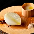 玉葱をローストし一晩寝かせることで玉葱の旨味がより強く感じることができるようになります。ゆっくりゆっくり火入れした玉葱と水のみで仕立てたナチュラルなポタージュを、ゆっくりと味わいましょう。