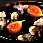 宇都宮産の無花果は、一晩ダークラムでマリネすることによって無花果の甘露が幾重にも広がる奥行きを魅せてくれます。しっかりと焼き込みキャラメリゼされたメレンゲは、コクが生まれ香ばしいアクセントに。