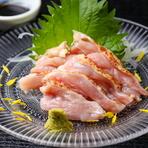 幅広い調理法に適している「淡路どり」や希少な純国産鶏の「淡路島もみじ」の卵など、各地のこだわり食材を買い付け。魚介も肉も野菜も、信頼のおける仲買人たちと連携し吟味したもののみを仕入れられています。
