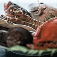 """岡山県産「奈義和牛」や、「健託農場」の有機野菜など、岡山・瀬戸内の食材たちが紡ぐ""""瀬戸内キュイジーヌ""""。ドリンクメニューも岡山の地酒を多数ラインナップ。地元の食の魅力を再確認できる場所です。"""