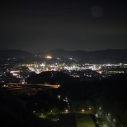 ディナータイムも見ごたえあり。夜の瀬戸内海と街灯りがロマンチックなムードを演出してくれます。天気が良い日には隣香川県の夜景まで見ることができるとか。