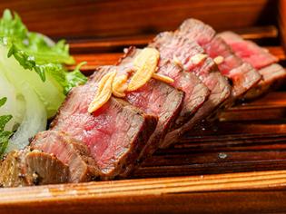 肉を塊ごと焼いたボリューム満点の『US牛のモモ肉塊ステーキ』