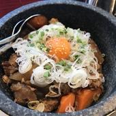 ぷるぷるの甘めのすじ肉がご飯と見事にマッチ『石焼牛すじ飯』