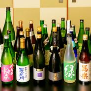 懐石料理には日本酒が良く合います。店には日本酒好きの店主が選りすぐった日本各地の銘酒がずらり。冷酒だけでも常時30~50種が用意され、料理のおいしさをさらに引き立ててくれます。