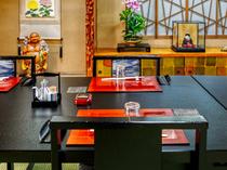 落ち着いた和室のテーブル席。ご年配の方や海外の方にも好評