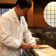 料理へのこだわりはもちろんのこと、日本ならではの風情をしっかり伝えていきたいと考える望月氏。料理を通した四季の表現、古い建物を丁寧に使うこと、スタッフの接客に至るまで、隅々まで目配りを欠かしません。
