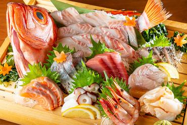 新鮮な魚介を楽しめる、豪華な『くらしま大漁盛り10種』
