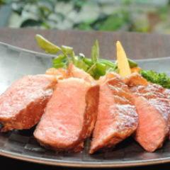 シェフ厳選5,000円コース。 メインの肉料理は、国産ハラミステーキ100g 秘伝のたれソース