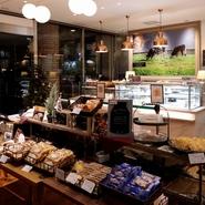 洋菓子店の【レ・ザンジュ】が運営している【レ・ザンジュ・ベイ】。1階では併設しているベーカリーとペストリーでつくられている「パン」や「洋菓子」を販売しています。ちょっとした手土産にもピッタリです。