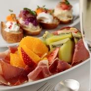料理やケーキ、デニッシュなどに使用する「フルーツ」は、新鮮なものを厳選。四季折々の旬食材を仕入れているのはもちろん、パティスリーならではの多様な品揃えも自慢です。