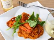ワタリガニと甘エビを丸ごと使い、2日がかりでじっくりと煮込んだソースが絶品。濃厚でコクがあり、口に入れた瞬間、カニとエビの旨みが口いっぱいに広がります。