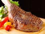 骨付きリブロースを使用。約1kgのビックサイズで、シェアして食べれば宴会やパーティー会場がとても盛り上がります。骨が付いたまま焼いているので、焼き縮みが無く、とても柔らか。