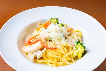 季節の野菜がたっぷり『緑黄色野菜と森林鶏のクリームパスタ』