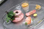 前菜またはアミューズとして提供される一皿。オマール海老の頭のみでとっただしが絶品です。ウニがたっぷりとのっており、自家製のコンソメジュレ、香りづけの穂しそがアクセントに。 ※画像奥