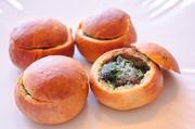 カリカリに焼いたブリオッシュの中にハーブ、スパイスの効いたエスカルゴが!見た目も可愛く、お土産にもピッタリです。