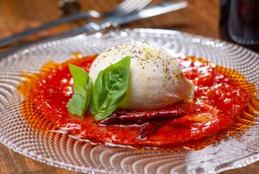 クリーミーなチーズを、辛味調節可能な自家製トマトソースと合わせた『フレッシュブラータチーズ』