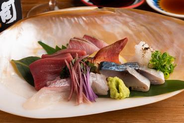 四季折々の旬魚を2種類のスタイルで楽しむ『活魚と熟成魚のお造り盛り合わせ』