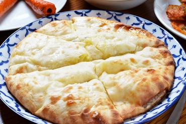 甘じょっぱいチーズが旨い!カリッともちもち『チーズナン』