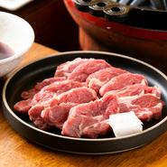 一番人気のニュージーランド産ラムが一枚ずつ丁寧に手切りされており、とても柔らかくてジューシー! 臭みも気になりません。店自慢の自家製ダレをたっぷりつけて味わいます。モンゴル産岩塩で食べるのもオススメ。