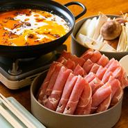 特製麻辣油がとても辛く、豚骨スープとのコラボレーションが絶品。ナツメ、唐辛子、花山椒など7種類の香辛料が使われており、汗をかく辛さですが、やみつきになる味わいです。肉を軽くしゃぶしゃぶして食べます。