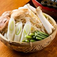 野菜はてんこ盛りで提供。鍋の周りで焼くと肉汁が絡んで絶品です。ペロッと食べてしまい、お替わり続出。