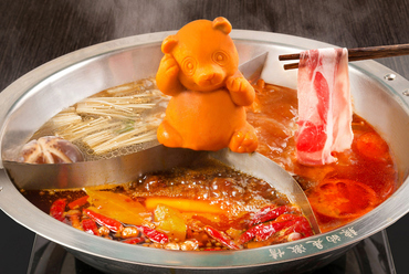 本場四川の火鍋。ひとつの鍋で3種のスープを楽しめる『三色鍋』