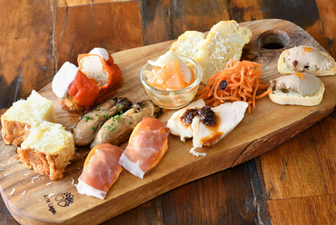 8種類から10種類の前菜が一度に満喫できる『タパスちょこちょこ盛り合わせ』