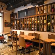 47都道府県から取り寄せた焼酎、日本酒が並べられた店内。ブランドにこだわらず、店長が本当においしいと思うものに絞っているそうです。ゲストの出身地のお酒をセレクトすれば話題も広がり、和やかな会食に。