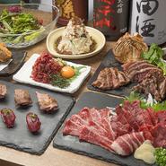 新鮮な熊本県産を中心に、厳しい基準をクリアした国外産馬肉も合わせ、多彩な料理で登場します。『刺身』『寿司』のレアな食感、鉄板で焼き上げる『グリルステーキ』の旨みなど、馬肉の魅力を存分に堪能。