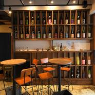 木目を基調とした、カフェを思わせるオシャレな店内。バーのように利用できるハイチェアもあれば、腰を落ち着けて飲めるテーブル席もあり、さまざまシーンに利用できます。屋外には気持ちの良いテラス席も完備。