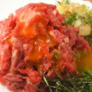 新鮮な馬肉を使ったユッケ。味付けは自家製醤油ダレ、味噌ダレから選べます。醤油は甘めでコクがあり、味噌ダレはちょっとピリ辛です。卵の黄身を混ぜればまろやかな味わいが口いっぱいに広がります。