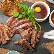 ヒレ、ハラミなどを部位ごとにベストな火加減で焼き上げたグリル。高タンパク、低カロリーとされ、脂があっさりして食べやすい馬肉をもりもり食べられます。自家製の酢ダレ、焼肉タレ、塩、スパイシー塩で。
