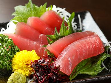 きらきらと輝く赤身肉。素材の良さが自慢の『お刺身 マグロ』