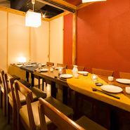 少人数向けの個室から、団体向けの大部屋まで多彩な個室を完備。あらゆるシチュエーションで活躍してくれます。友人同士の食事から宴会シーズンまで頼もしいお店です。