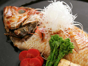 その日仕入れた鮮魚を熟練の職人の手により仕上げます。 手間暇かけた朝採れ鮮魚の煮魚の旨み。 上質な脂と甘めのタレはクセになる逸品です。