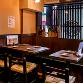 レトロチックな隠れ家的空間で、仲間と気兼ねなく料理を楽しむ