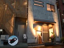 JR「福島」駅至近。ちょっとレトロな商店街にモダンな店構え