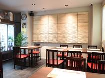 貸切利用可能の2階は、会食や接待にも使える落ち着いた雰囲気