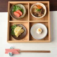 「食い道楽」の舌を多彩な「よかもん」で唸らせてやろう!という挑戦の気持ちで毎回作っている『<日替わり>九州の肴盛合せ』。九州料理の定番ばかりでなく、趣向を凝らした 創作料理も取り入れます。