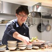小宴会向きの2階と違って1階は小さなスペース。ゲストと話す機会も多くなります。よりおいしく料理やお酒を楽しめるよう、九州ならではの料理についての話題も数々提供しています。