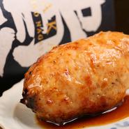 宮崎の地鶏と脂身が多めな知床鷄を混ぜ、店で挽いているので鮮度もジューシーさも抜群。塩や味噌、鶏油などを調合した特製調味料だけをしっかり混ぜ込み、タレも甘さ控えめなので、肉本来のおいしさを味わえます。